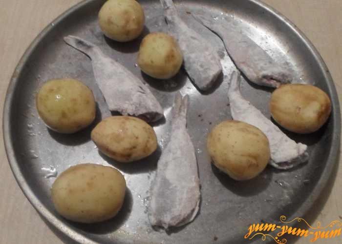 Картофель и окуня выложить на противень