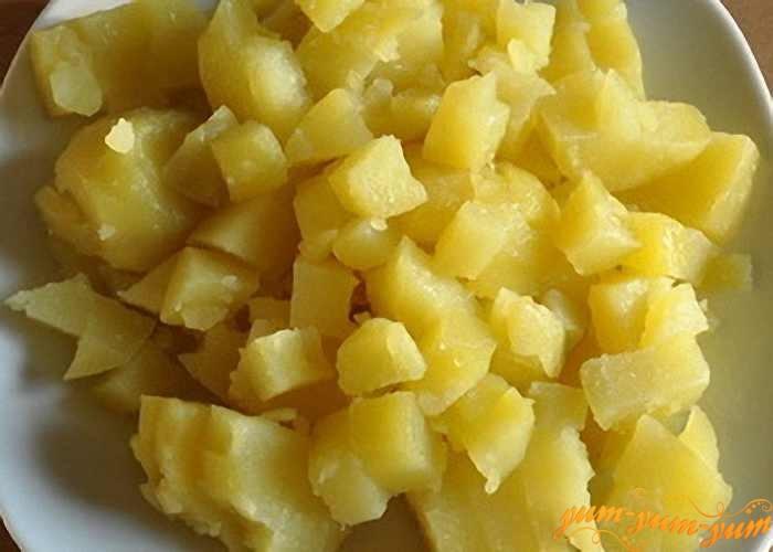 Картофель режем мелкими кубиками для окрошки
