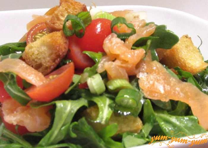Копченый лосось подавать с хрустящим салатом