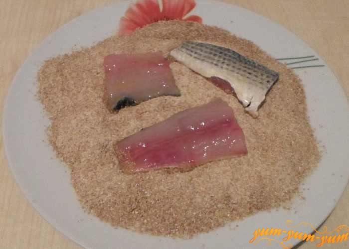 Кусочки филе кефали обвалять в сухарях