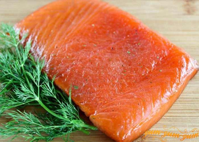 Кусочки рыбы посолить и добавить специи