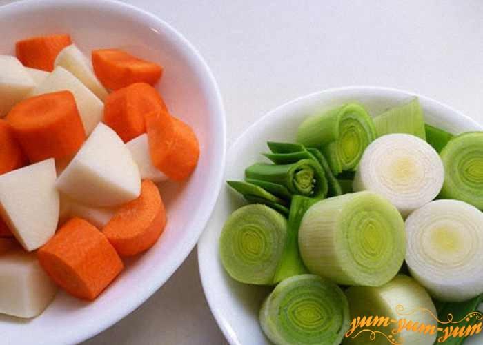 Лук и морковь нарезать и обжарить