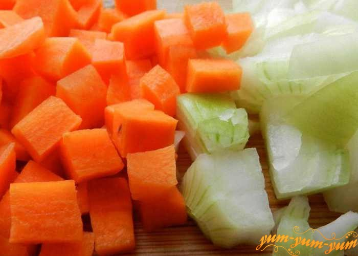 Лук и морковь нарезать кубиками