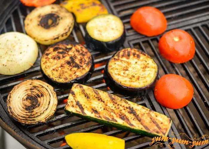 Маринованные овощи обжариваем на гриле