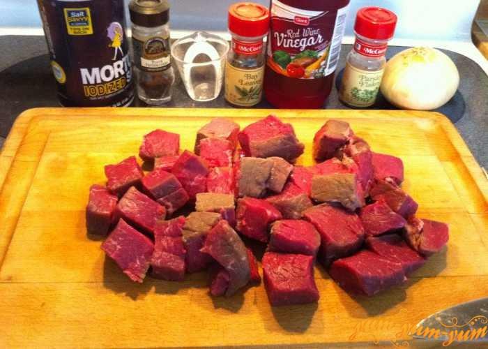 Мясо нарезаем порционными кусочками