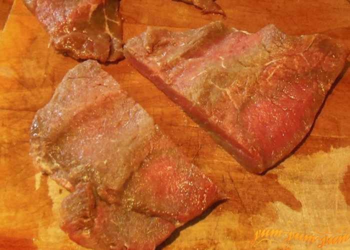 Мясо ягненка нарезать небольшими кусочками