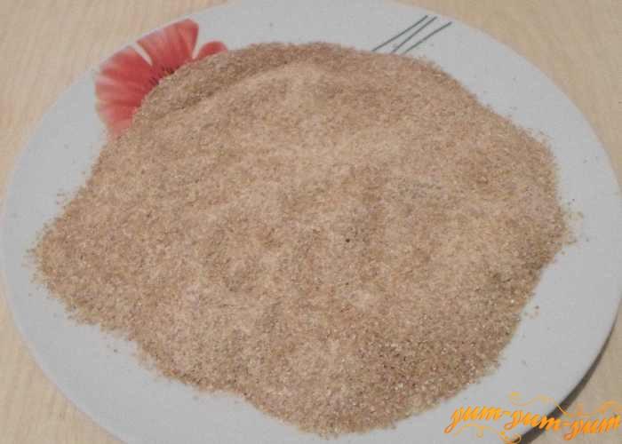 На плоскую тарелку насыпаем панировочные сухари