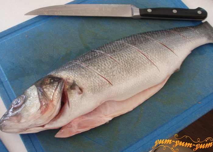 На тушках рыбы сделать поперечные надрезы