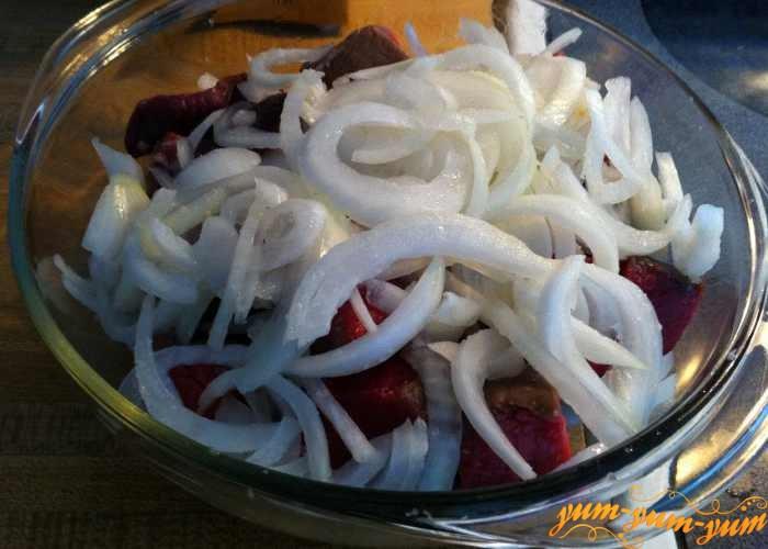Нарезать лук в мясо тонкими кольцами