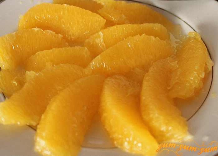 Нарезать хурму и апельсин