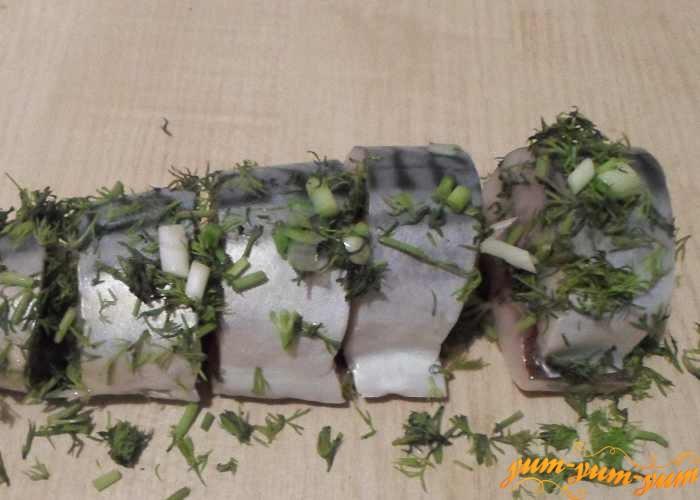 Натереть кусочки скумбрии солью и зеленью
