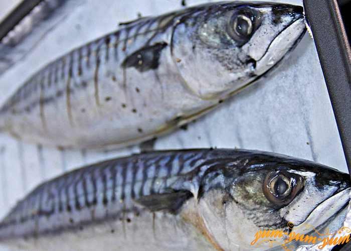 Натереть рыбу солью и перцем снаружи и внутри