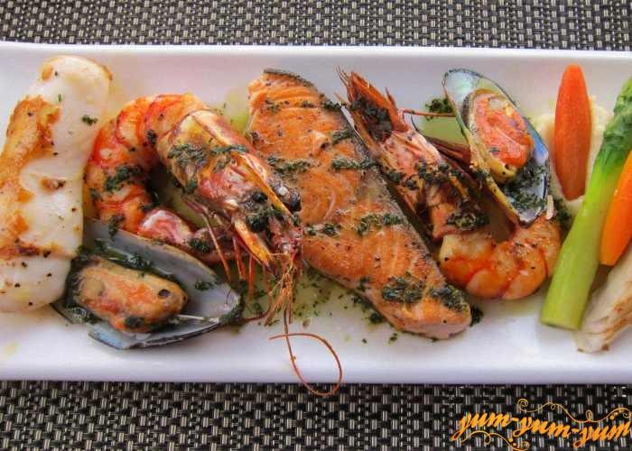 Обжаренные на гриле  морепродукты подаем к столу