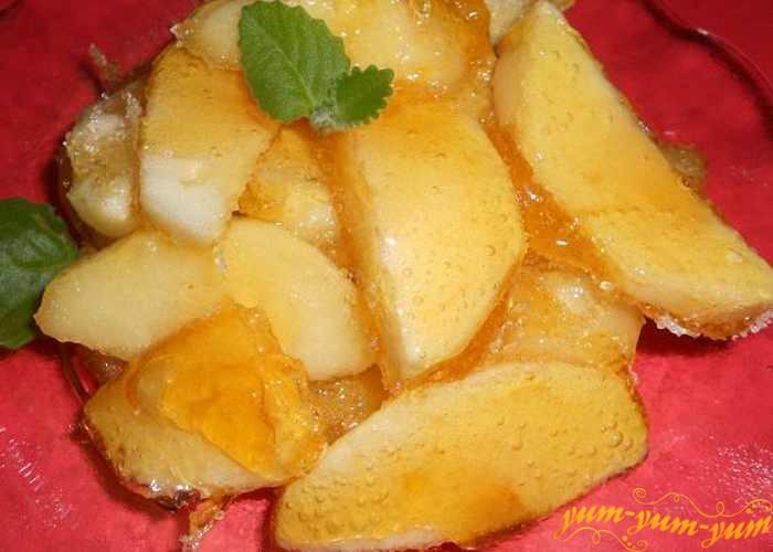 Обжарить кусочки яблок в сахарном сиропе