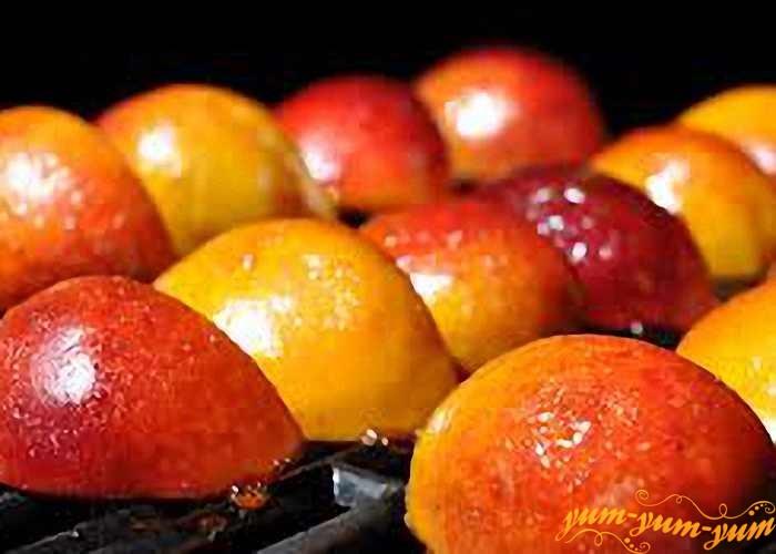Обжарить персики на гриле