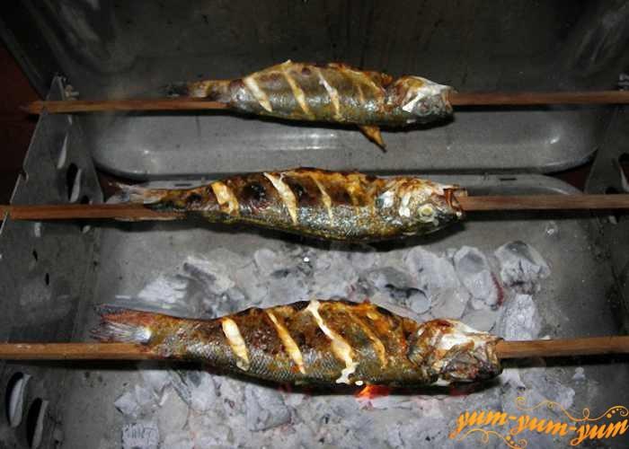 Обжариваем рыбу со всех сторон до готовности