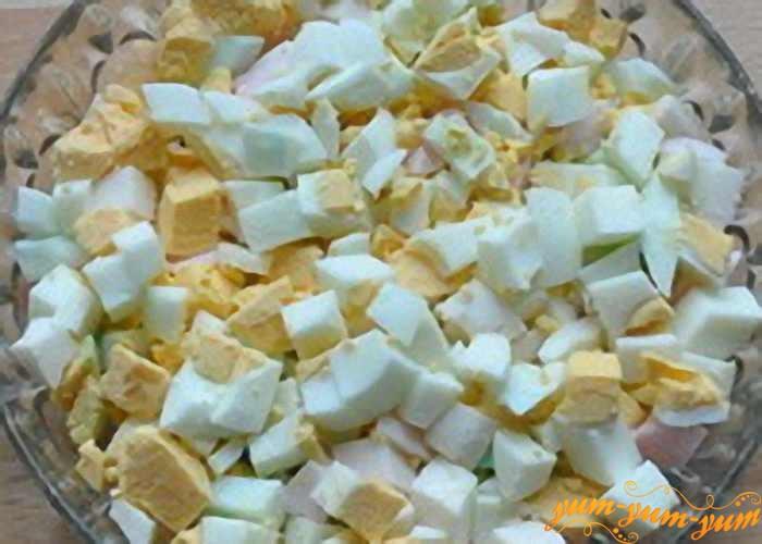 Отваренные яйца режем мелкими кубиками