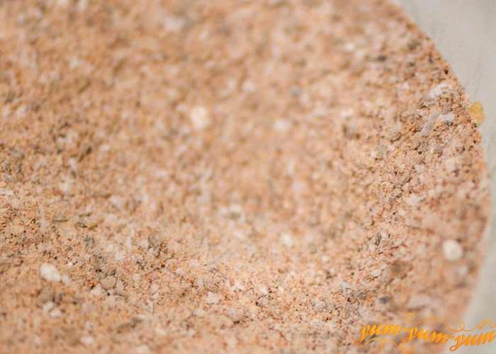 Панировочные сухари насыпать в удобную посуду
