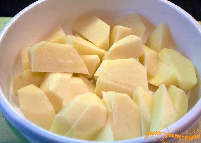 Почистить и крупно нарезать картошку