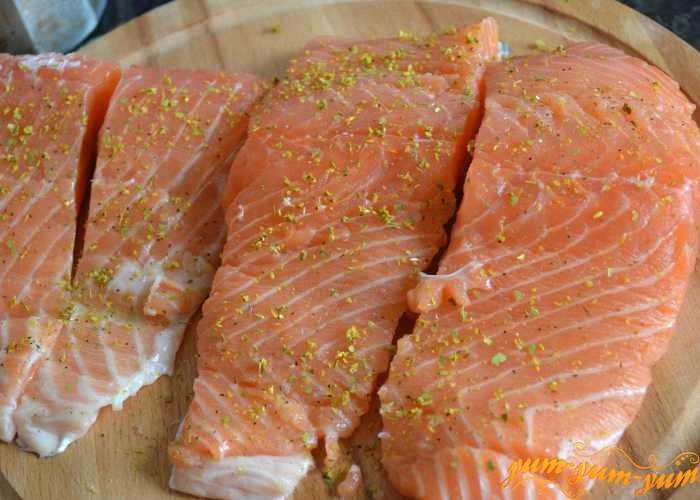 Подготовить порционные кусочки лосося