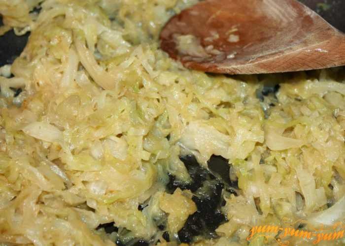 Приготовить начинку из капусты и бекона