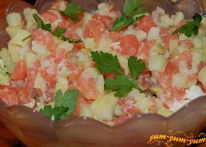 Салат с соленым лососем перемешать