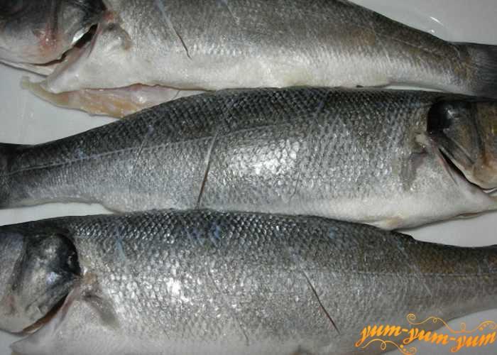 Сделать на рыбе продольные надрезы