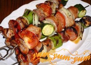 Шашлык из свинины с цукини на шпажках