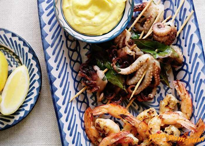 Шашлыки из морепродуктов подаем с соусом и лимоном