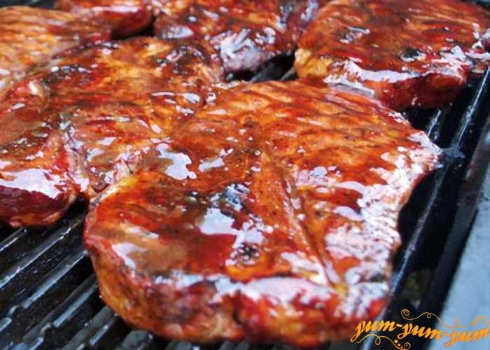 Смазываем обжаренное мясо маринадом