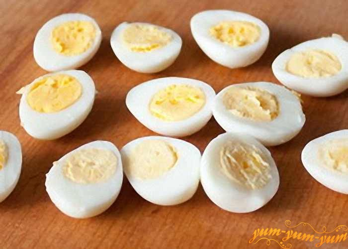 Сварить яйца и разрезать на половинки