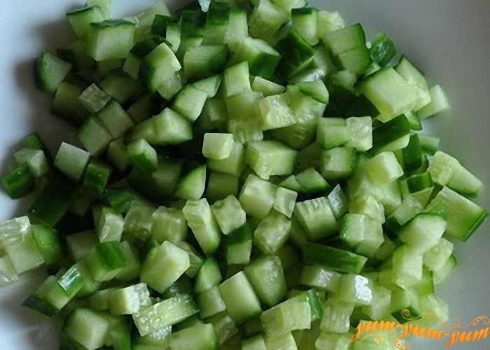 Свежие огурцы режем так же, как и другие овощи