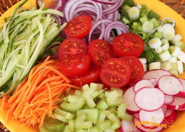 Свежие овощи порезать для салата