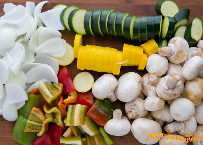 Свежие овощи режем средними кусочками