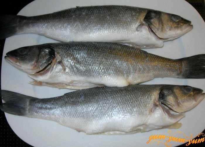 Свежую рыбу помыть и выпотрошить