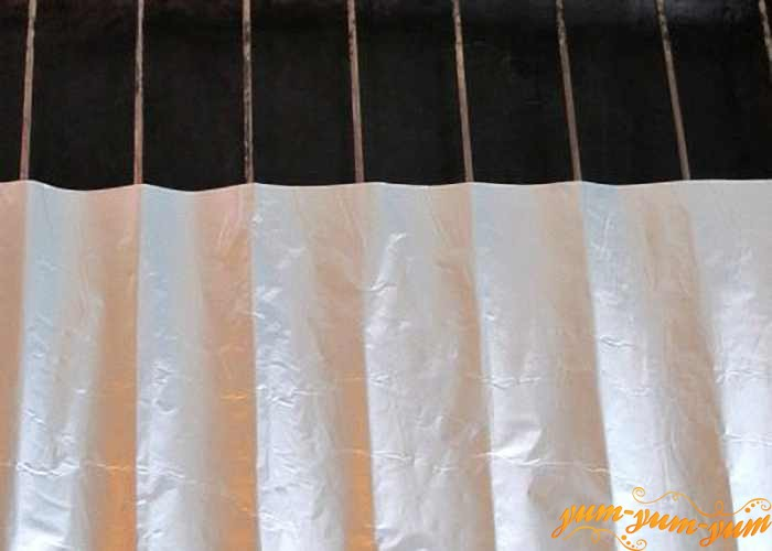 Уложить лист фольги на решетку мангала