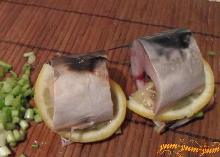 В каждый кусочек скумбрии вложить лимон и лук