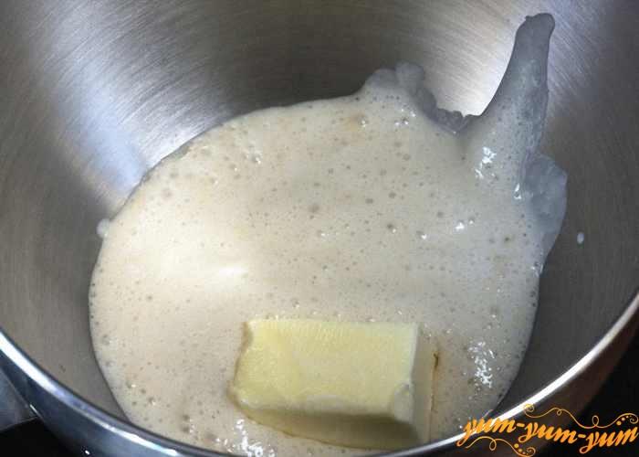 В молоко добавить маргарин и сметану