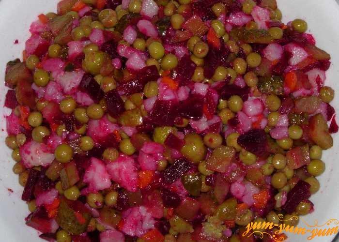 Вареные овощи нарезать кубиками и перемешать