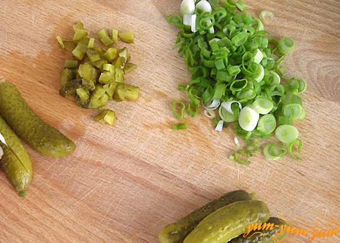 Все ингредиенты для соуса нарезать мелкими кусочками