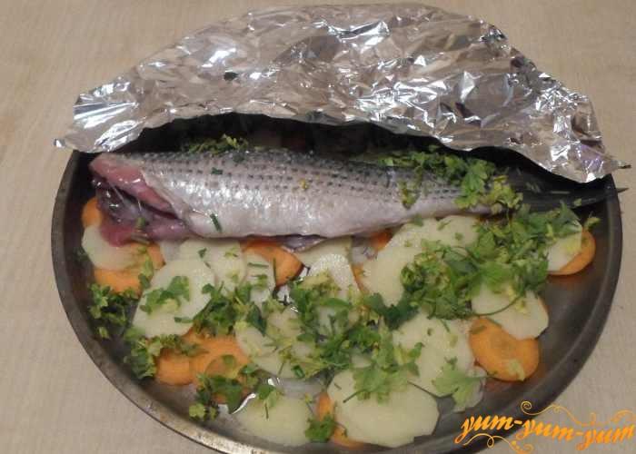 Выкладываем слоями лук с морковью, картофель и подготовленную рыбу
