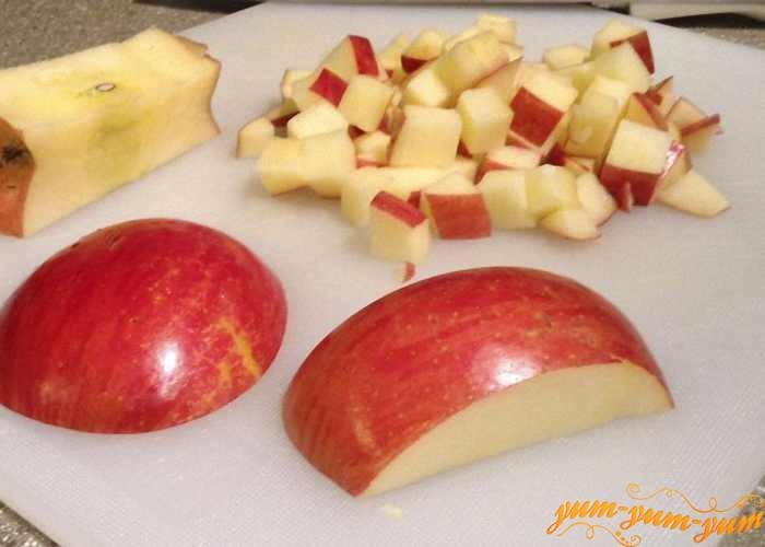 Яблоки нарезать средними кусочками