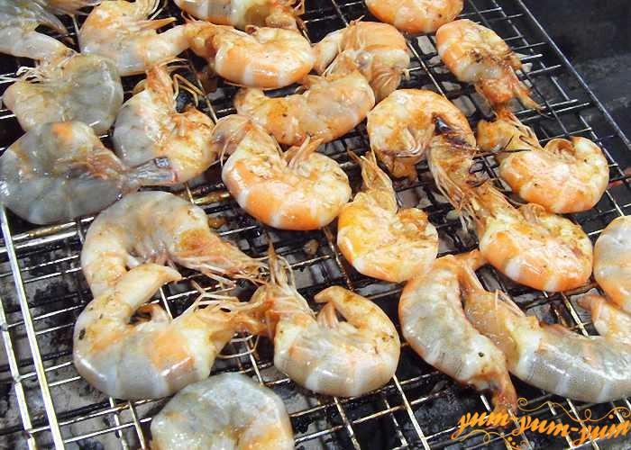 Замаринованные креветки жарить над горячими углями