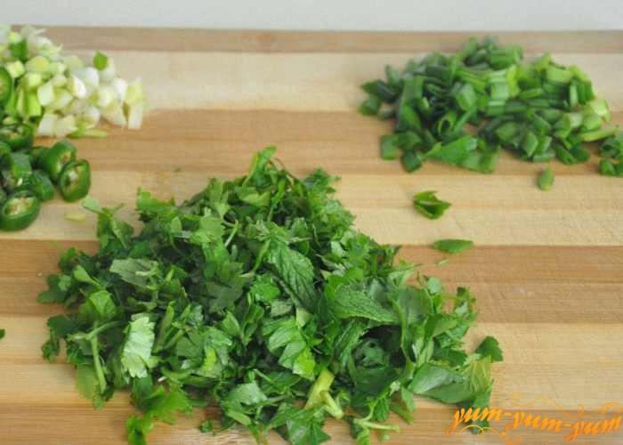 Зеленый лук и петрушку помыть и нарезать ножом