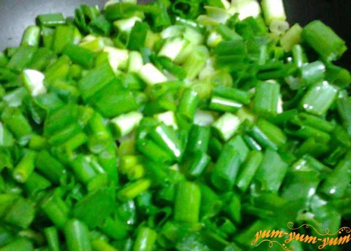 Зеленый лук нарезать тонкими колечками