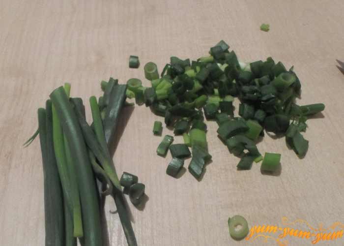 Зеленый лук режем мелко