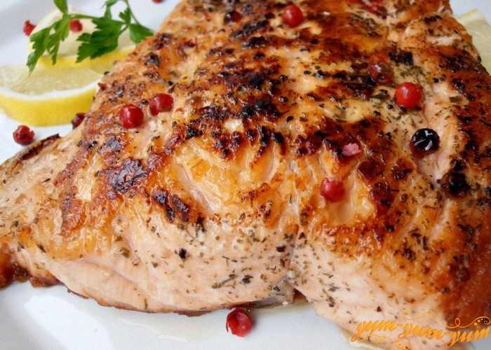 Жарить лосося на гриле до готовности с обеих сторон