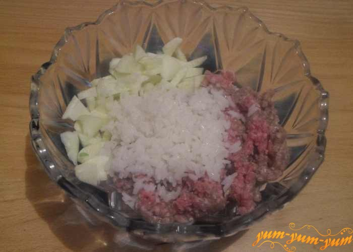 Из мякоти кабачка, лука, риса и мяса готовим начинку