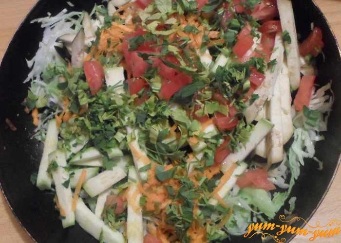 К овощам добавить лук и зелень петрушки