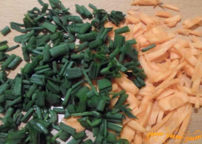 Лук и морковь режем соломкой или тонкими кубиками